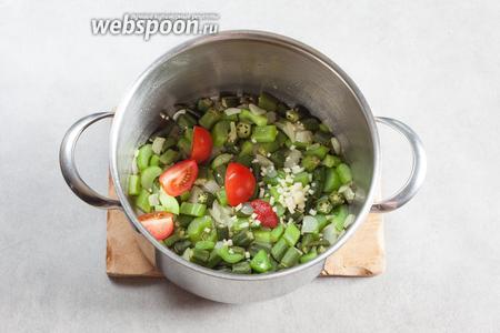Когда лук обрёл прозрачность, добавляем к зелёной овощной смеси чеснок, помидор и томатную пасту, и размешиваем, и продолжаем жарить всё вместе до полного растворения томатной пасты.