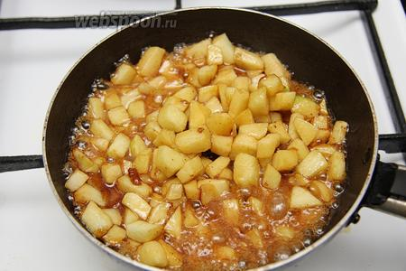 Карамелизируем яблоки.