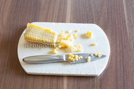 Срезаем немного зёрен свежей кукурузы (люди, честное слово, вкусно! по-моему, даже вкуснее, чем консервированная!)