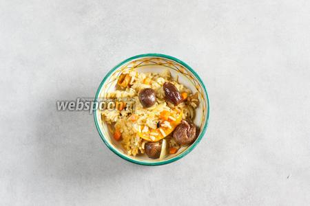 Распределяем плов по порциям так, чтобы каждому едоку достались все виды сухофруктов и по 3 каштанчика. Очень пикантно посолить плов щепоткой мелкокристаллической соли перед самой подачей. В этом случае солинки будут очень приятным вкусовым контрастом к общему сладкому фону плова.