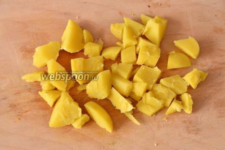 Картофель нарезаем крупными кубиками.