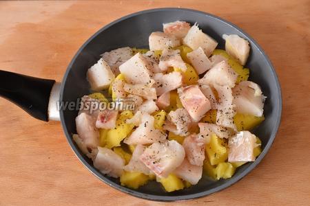 Кладём филе тилапии на сковороду к картофелю. Добавляем щепотку базилика и мяты.