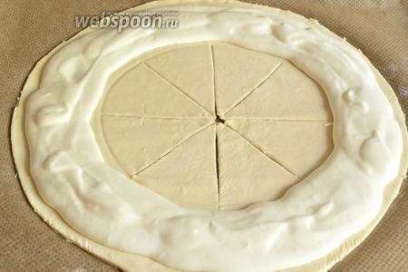 Теперь на кольцо нужно разложить сливочный сыр, не доходя чуть-чуть до краёв.