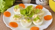 Фото рецепта Яйца фаршированные икрой трески, морковью, сыром и листьями салата
