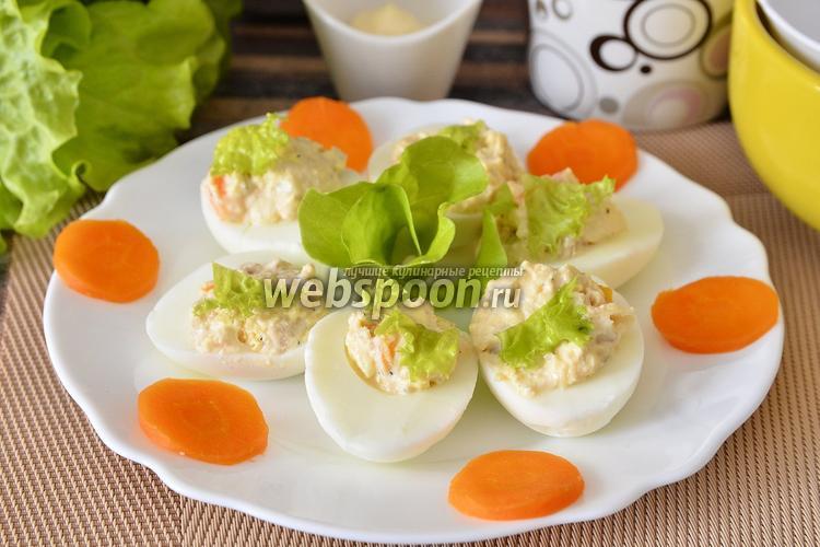 Фото Яйца фаршированные икрой трески, морковью, сыром и листьями салата