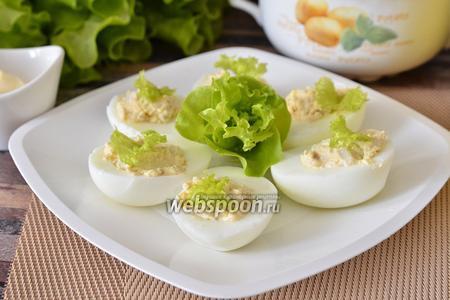 Яйца фаршированные кальмарами и икрой трески с маслом