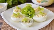 Фото рецепта Яйца фаршированные кальмарами и икрой трески с маслом