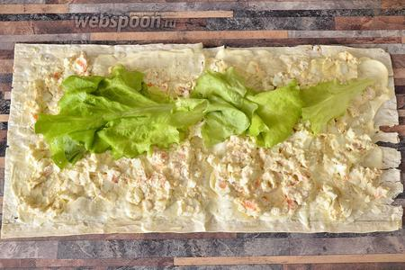 Кладём листья салата в 1 полосу.