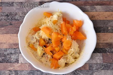 Нарезаем морковь кубиками.