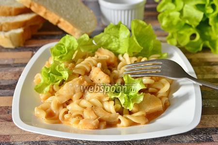 Филе тилапии с макаронами в томатно-сырной подливке