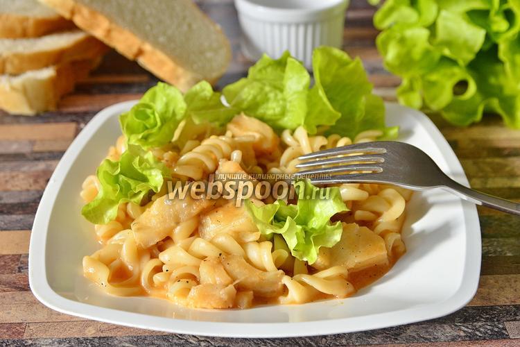 Фото Филе тилапии с макаронами в томатно-сырной подливке