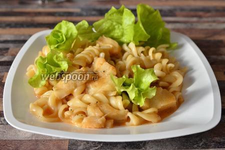 После, блюдо лучше всего подавать в тёплом виде, украсив листьями салата. Приятного аппетита!