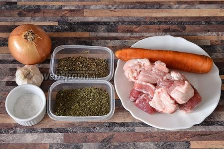Для приготовления бульона свиного, с мятой и укропом, вам понадобится морковь, укроп и мята сушёная, мясо свиное, соль, лук и чеснок.