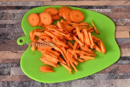 Морковь нарезаем полосочками и кольцами, так будет красивее наш бульон.