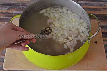 Добавляем сухую мяту, она делает бульон особенно вкусным.