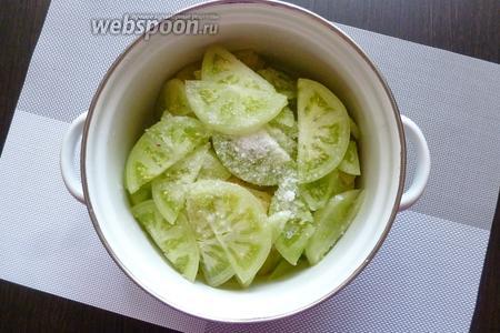 Сложим их в кастрюлю и посыплем солью. Отставим на часок. Нам нужно, чтобы помидоры просолились и выделили свой сок.