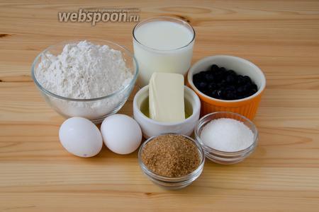 Для выпекания булочек нам понадобится: мука, молоко, сливочное масло, яйца, сахар белый и коричневый, сухие дрожжи, немного соли и черника.