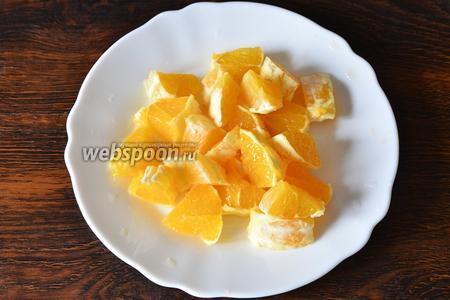 Нарезаем апельсины небольшими кусочками.