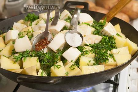 Добавляем в наше блюдо соль и сухую аджику.