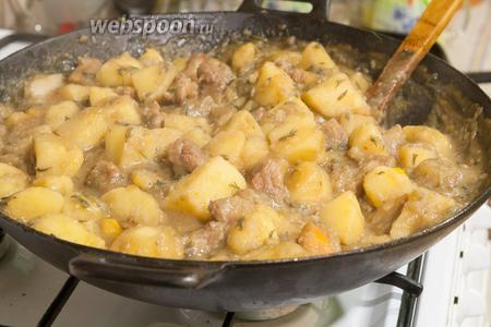 Накрыв крышкой, периодически помешивая, доводим картофель, тушёный со свининой и белым баклажаном, до готовности. Через 30-40 минут можно подавать. Приятных гастрономических впечатлений!
