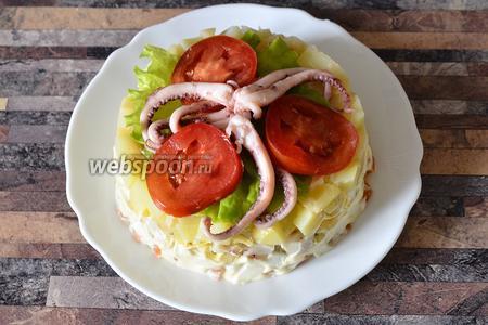В завершении украшаю салат осьминогами. Приятного аппетита!