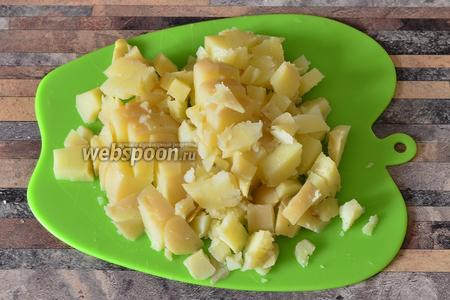 Картофель нарезаю также кубиками.