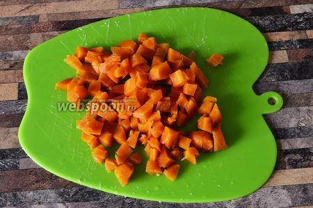 Нарезаю морковь кубиками.