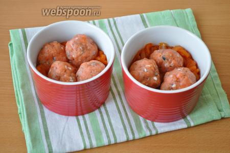 Используем форму для запекания или рамекины для вторых блюд, объёмом более 380 мл. Заполним формы до половины овощным соусом и выложим фрикадельки.