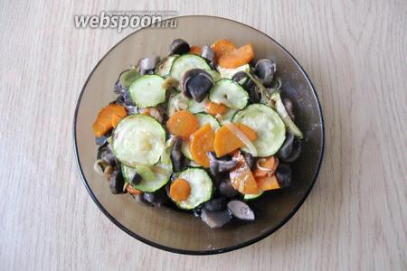 Салат посолить по вкусу и перемешать. Подавать к столу в тёплом виде.