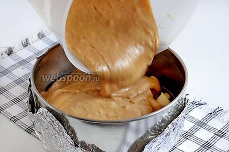 Залить всё полученным тестом. Постучать формой об стол, чтобы тесто распределилось по всем закуткам. Выпекать шарлотку при 190°С на 35-40 минут. При нажатии, готовый бисквит должен пружинить.