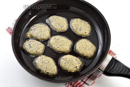 Разогреть сковороду с небольшим количеством растительноо масла. Столовой ложкой выкладывать оладьи, соблюдая расстояние. Обжаривать на небольшом огне с обеих сторон до золотистого цвета.