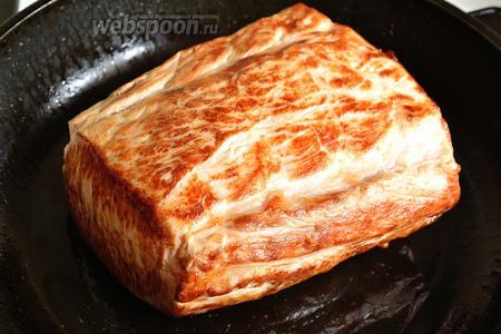 Кусок мяса сначала натираем со всех сторон солью и оставляем на 15 минут. Затем обжариваем мясной кусок, со всех сторон, до золотистой корочки, с совсем небольшим количеством растительного масла. Когда мы получим корочку, снимаем с огня.