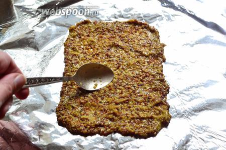 На кусок пищевой фольги положить слой зерновой горчицы. Равномерно его распределить с помощью ложки. Этот слой должен быть размером примерно с наш кусок мяса. Толщину слоя можете регулировать сами под себя. Я делаю толщину около 3 мм.