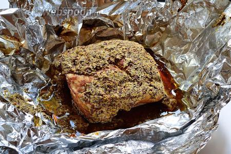 Когда мясо будет готово, дать мясу полежать минут 15 в фольге, а затем развернуть фольгу. Как правило, в некоторых местах горчица с куска мяса падает. Это нестрашно. Когда мясо немного остынет, его нужно переложить на новый кусок фольги, в которой буженину я затем и храню.