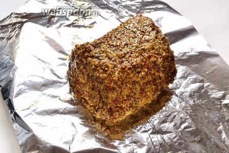 Места на мясе, оставшиеся без горчицы, опять обмазать горчицей, той, в которой свинина запекалась. Оставляем мясо полностью остыть. Затем заворачиваем не очень плотно в фольгу и убираем в холодильник.