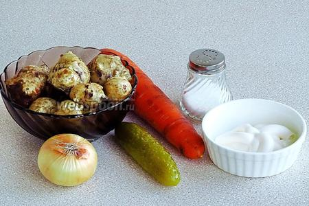 Для приготовления салата нужно взять свежие клубни топинамбура, свежую морковь, солёный огурец, репчатый лук, майонез и соль.