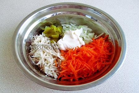 Соединить морковь, лук, топинамбур и солёный огурец, посолить по вкусу и заправить майонезом.