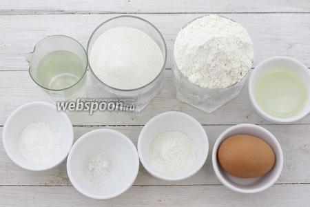 Для приготовления бисквита возьмите такие продукты: муку, яйца, воду, подсолнечное масло, разрыхлитель, соль, крахмал, лимонный сок, сахар, масло сливочное.