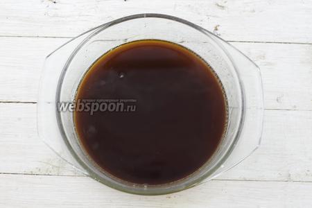 В сахарный сироп налейте кофе и перемешайте. Остудите до комнатной температуры.