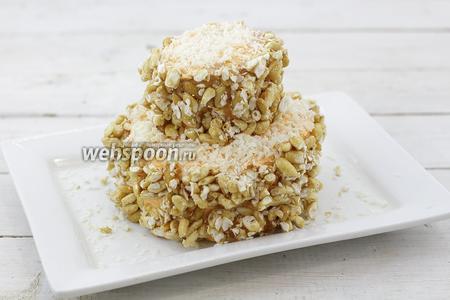 Воздушный рис, обычно, продаётся в брикетах. Измельчите его на маленькие кусочки. Аккуратно, прикрепите на масляный слой. Вверху посыпьте кокосовой стружкой.