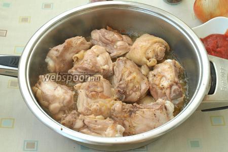 Разогреть в сковороде подсолнечное масло, выложить курицу и обжарить до золотистого цвета с 1 стороны.