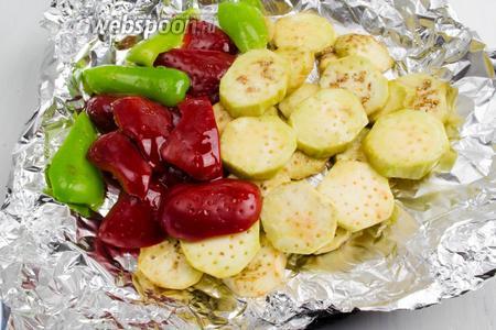 Подготовленные овощи выложить на фольгу. Полить подсолнечным маслом (2 ст. л). Поставить в горячую духовку. Запекать, не заворачивая фольгу, в течение 30-40 минут при температуре 200°C.