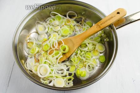На разогретой, с маслом (1 ст. л.), сковороде пассеровать лук до прозрачности.
