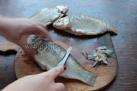 Сделать надрезы, почти до позвоночника (если рыбка крупная, надрезы сделать более частые).