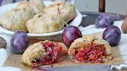 Фото рецепта «Мешочки» со сливой, шоколадом и орехами