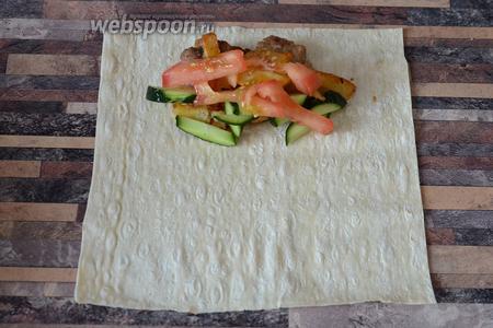 Кладём нарезанный огурец и помидор на лаваш к картофелю и мясу.