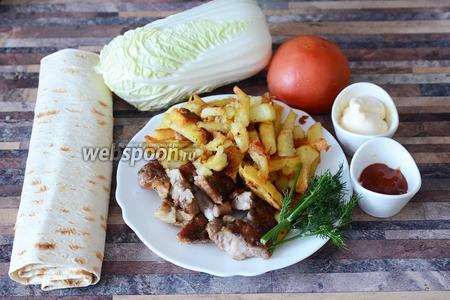 Для приготовления шаурмы со свининой нам понадобится лаваш, мясо жареное свиное, картофель жареный, укроп, пекинская капуста, помидор, майонез и кетчуп.