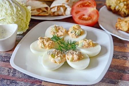 Яйца фаршированные икрой мойвы с пекинской капустой