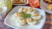 Фото рецепта Яйца фаршированные икрой мойвы с пекинской капустой