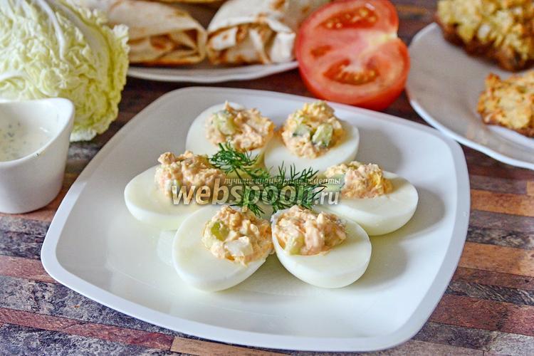 Фото Яйца фаршированные икрой мойвы с пекинской капустой